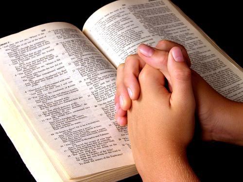representación rezando el padre nuestro